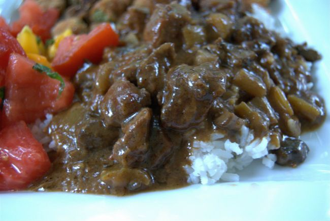 beef and gracy slow cooker over rice close